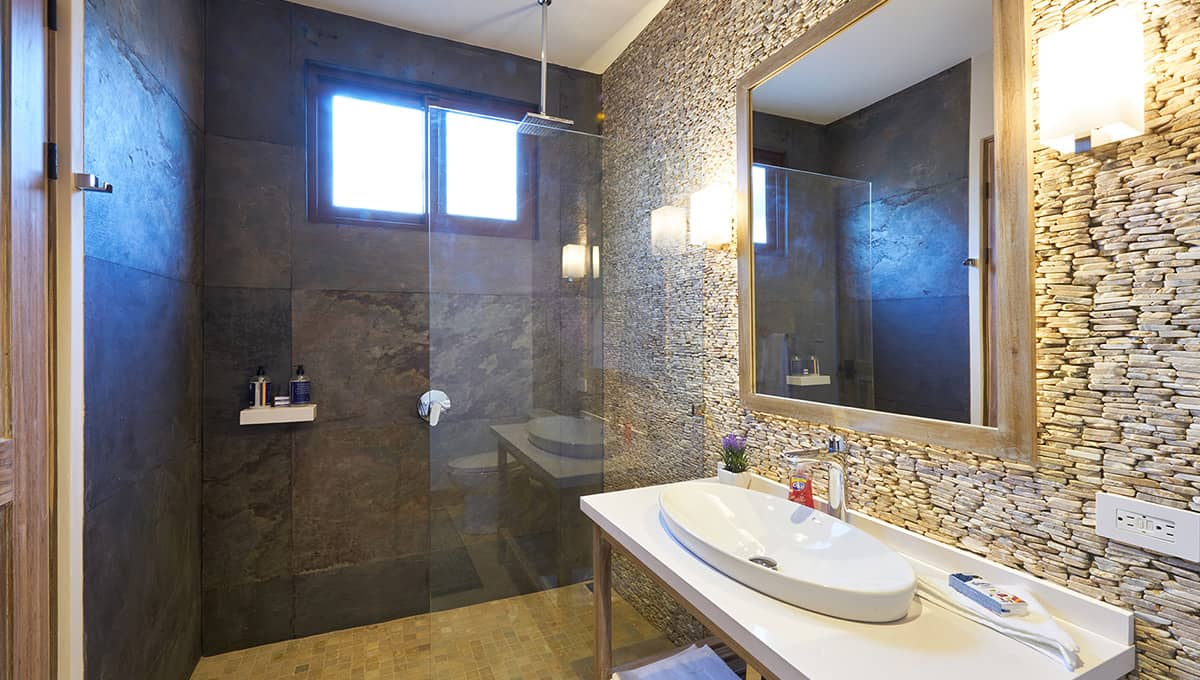 islita-kingbathroom-tamarindo