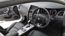 2011_renault_latitude_sedan_x_interior_01