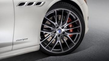 2017 Maserati Quattroporte GTS GranSport gets unique 21-inch alloys.