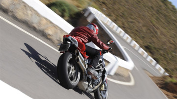 2010_mv-agusta_brutale_990r_and_1090rr_03.jpg