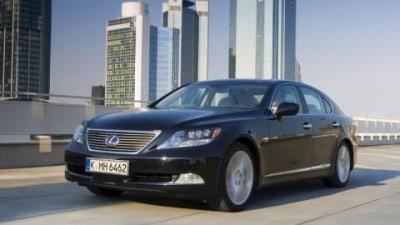 Lexus sell their 1000th hybrid vehicle in Australia