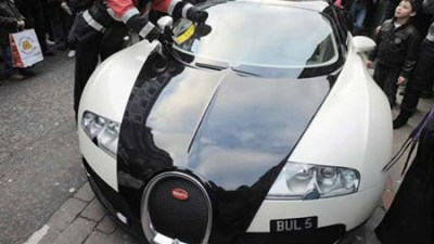 Bugatti Veyron scores a parking fine and an audience