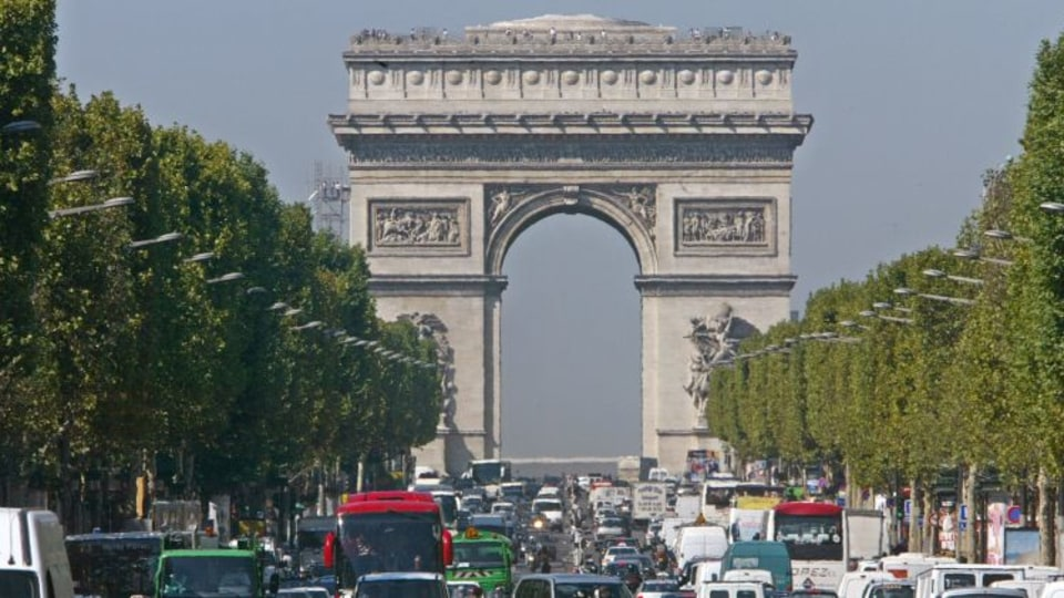 Smog-choked Paris forces cars off road