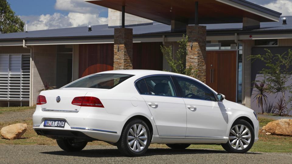 2011_volkswagen_passat_sedan_australia_118tsi_04