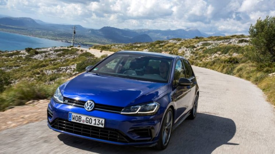 2017 Volkswagen Golf GTI and R detailed