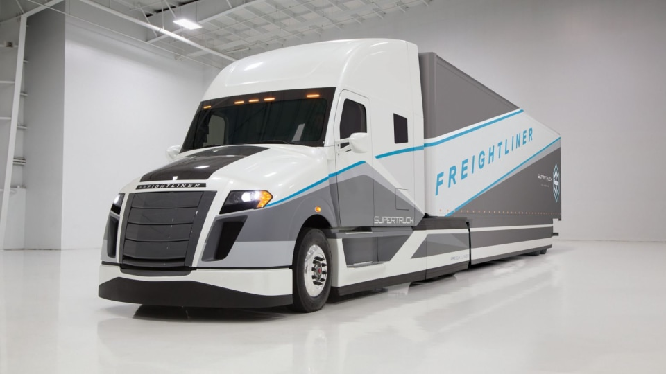 Daimler SuperTruck Beats Efficiency Target By 115 percent, Looks Awesome