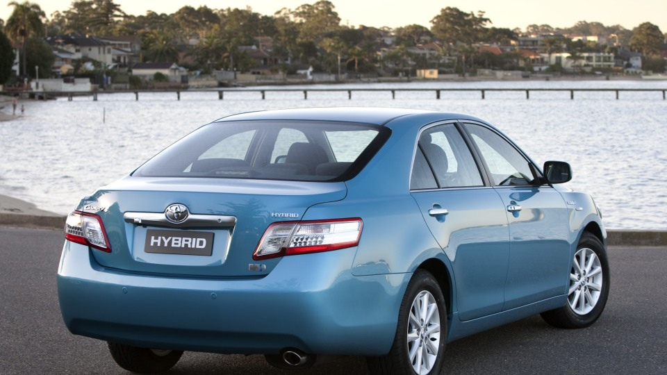 2010_hybrid_camry_luxury_roadtest_review_02