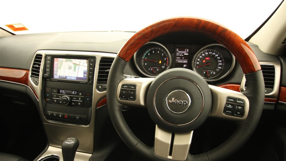 2011_jeep_grand_cherokee_overland_v8_review_interior_47
