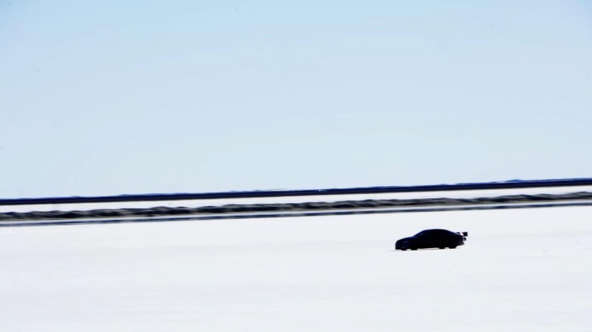 jaguar-xfr-prototype-at-bonneville-salt-flats_1.jpg