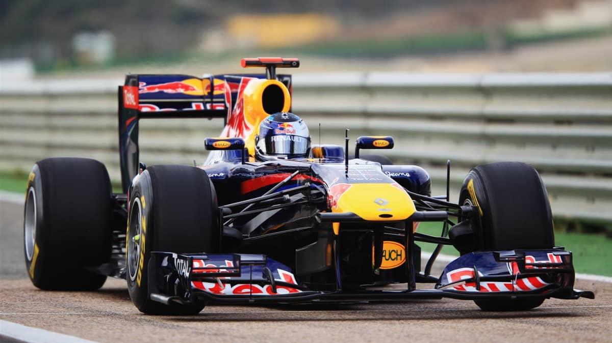 2011_red_bull_rb7_f1_race_car_02