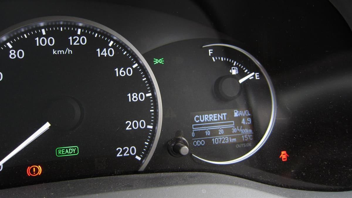 lexus_ct_200h_honda_insight_hybrid_highway_battle_road_test_review_14