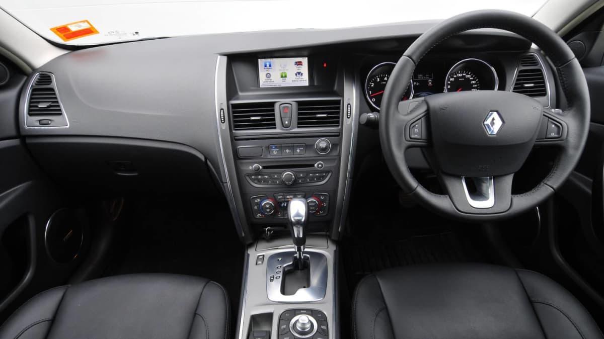 2011_renault_latitude_sedan_x_interior_02