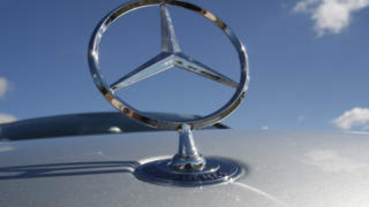 A Mercedes Benz badge FOR SMH DRIVE 060602 (NO CAPTION INFORMATION PROVIDED)