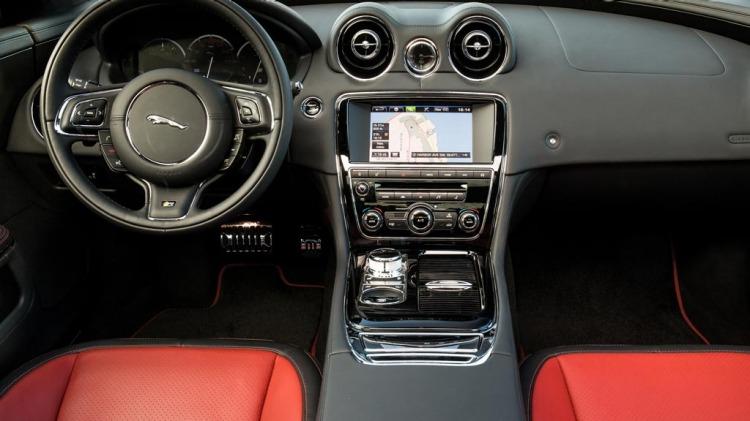 Jaguar XJR.