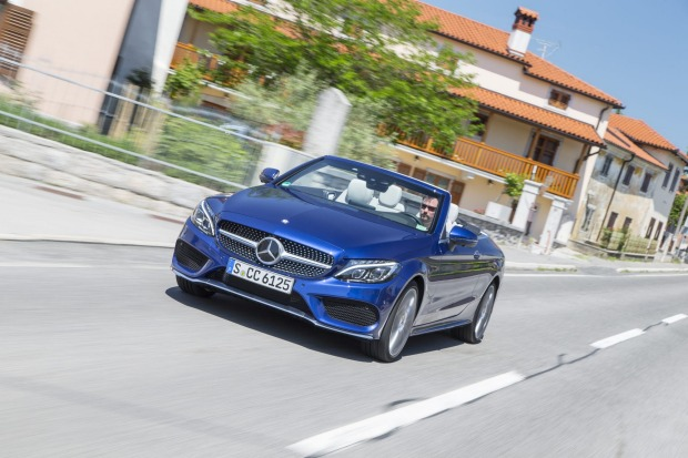 Mercedes-Benz C 400 4MATIC Cabriolet;  Exterieur: Brilliantblau; Interieur: Leder kristallgrau/schwarz; Stoffverdeck dunkelblau; AMG Line  Kraftstoffverbrauch kombiniert: 8,0 l/100 km; CO2-Emissionen kombiniert: 181 g/km; exterior: brilliant blue; interio