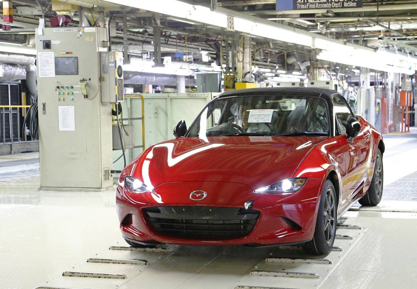 2015_mazda_mx_5_production_first_model_japan_02