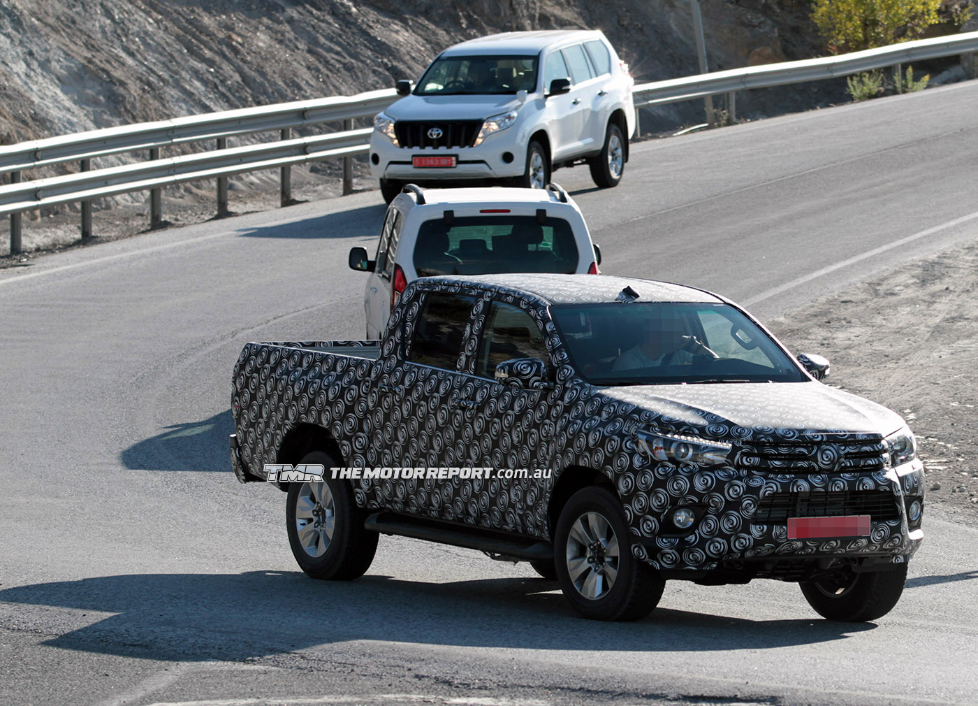 2015_toyota_hilux_spy_photos_03