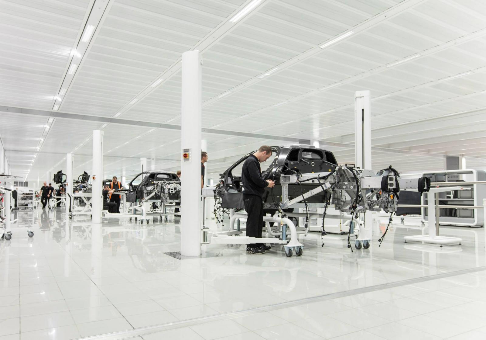 2013_mclaren_p1_production_facility_01