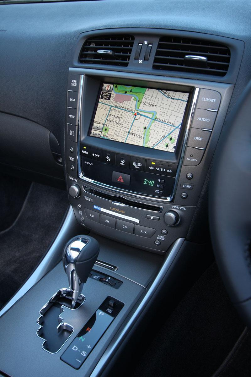 2010_lexus_is_250c_interior_004