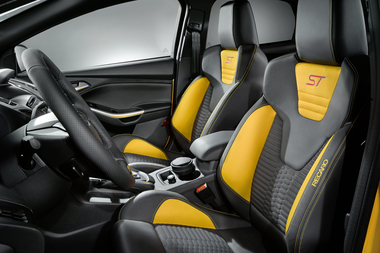 2012_ford_focus_st_overseas_05