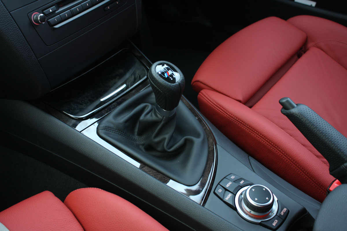 2010_bmw_135i_road_test_review_interior_03