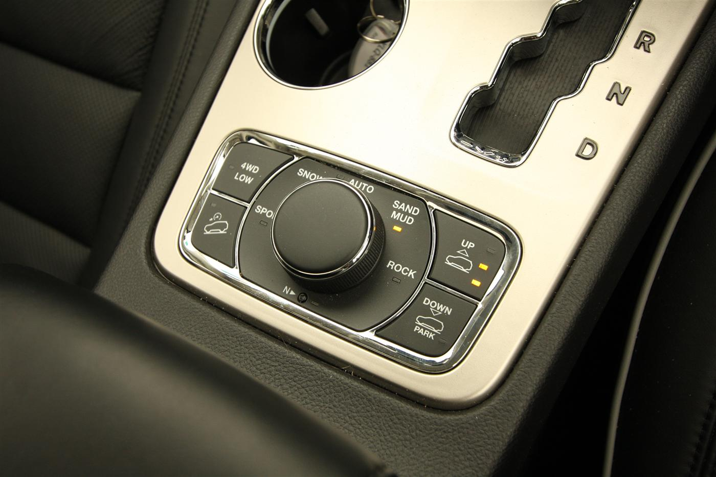 2011_jeep_grand_cherokee_overland_v8_review_interior_46