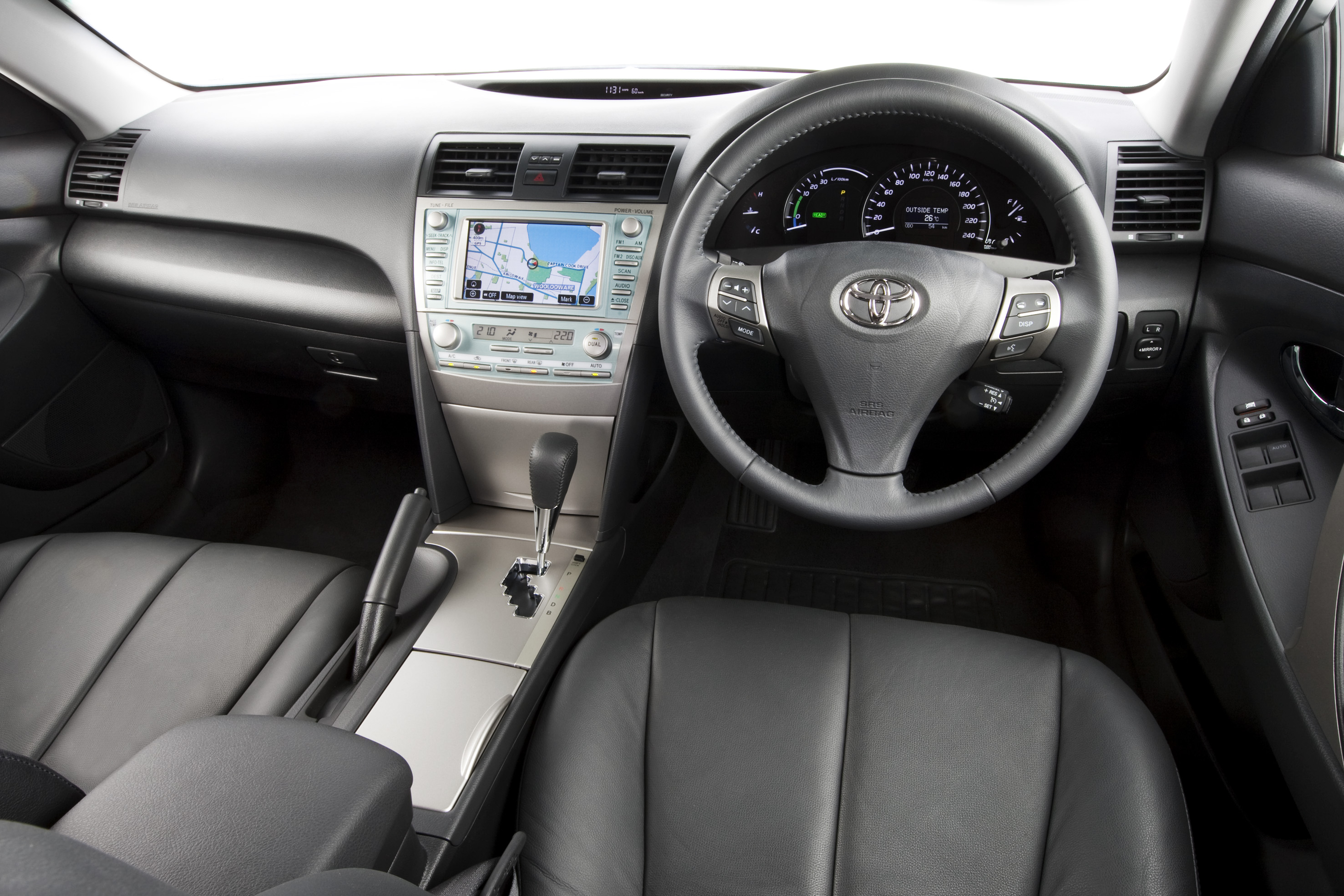 2010_hybrid_camry_luxury_roadtest_review_10