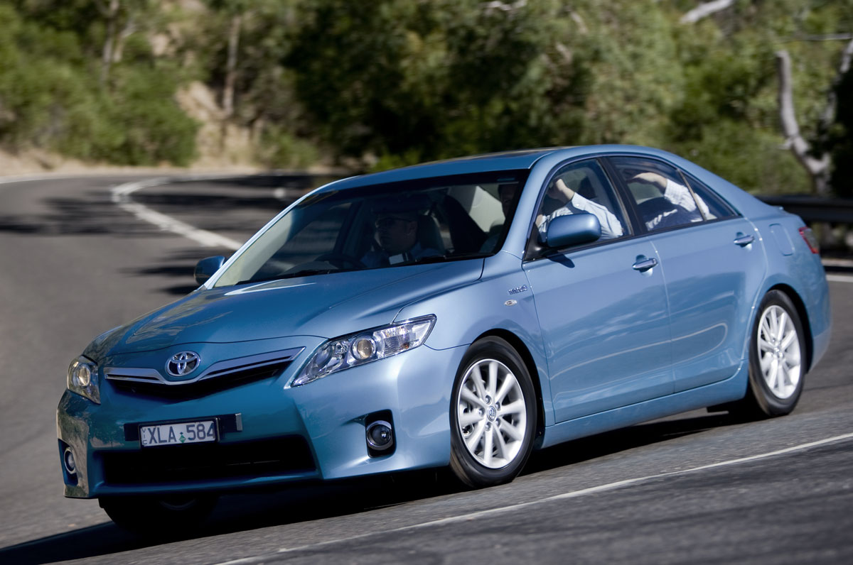 2010_hybrid_camry_luxury_roadtest_review_15