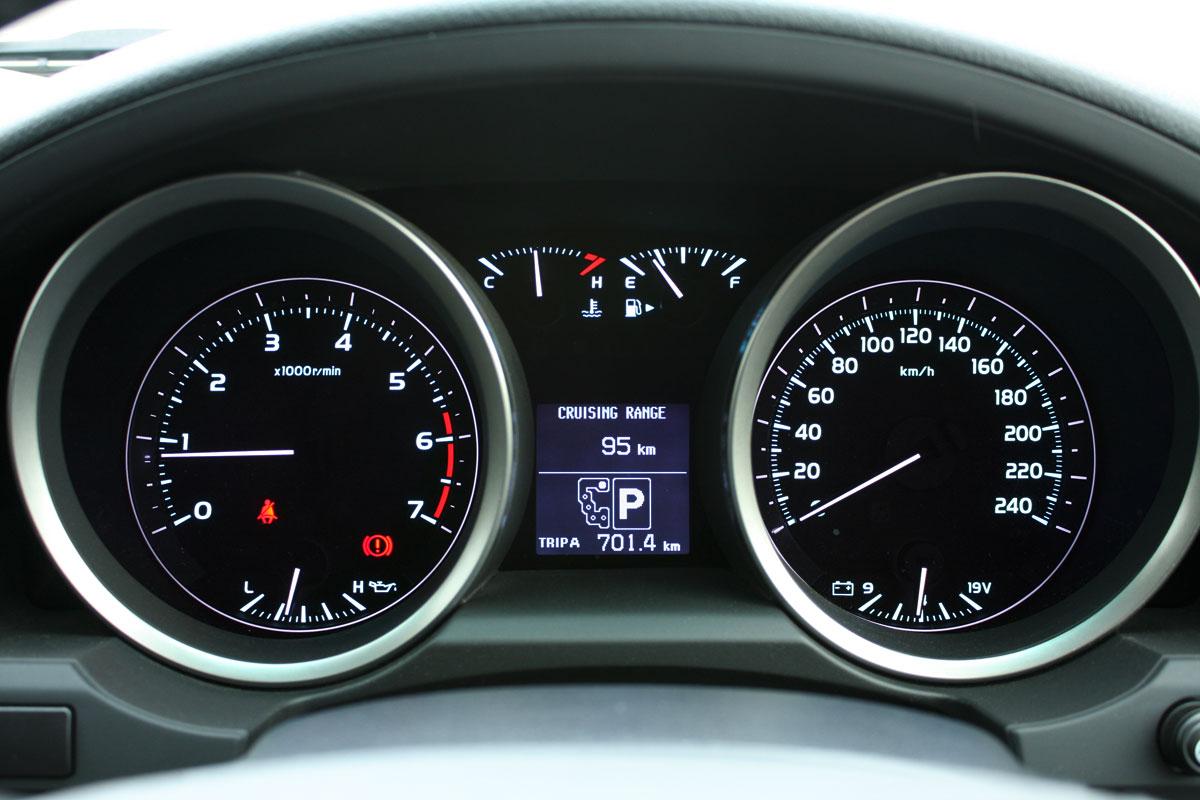 2010_toyota_landcruiser_lc200_interior_005