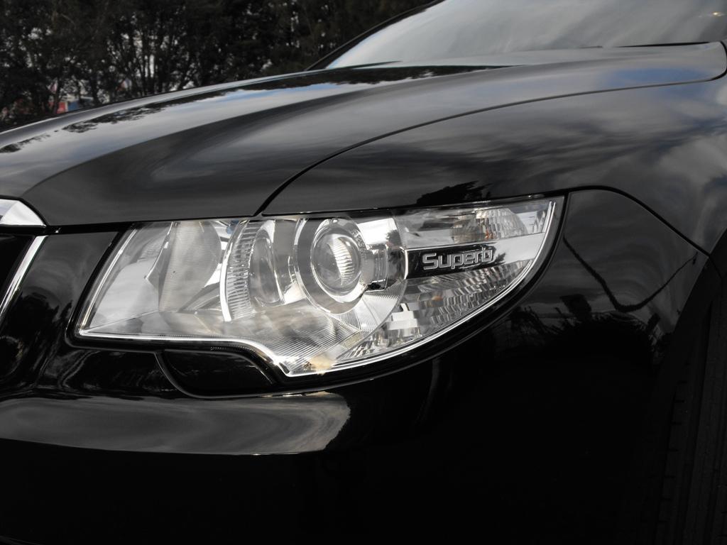2009-skoda-superb-headlight.jpg