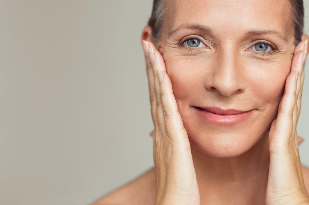 5 неочевидных привычек, которые ускоряют старение кожи