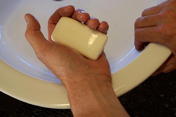 Медик рекомендує мити руки милом після антисептика