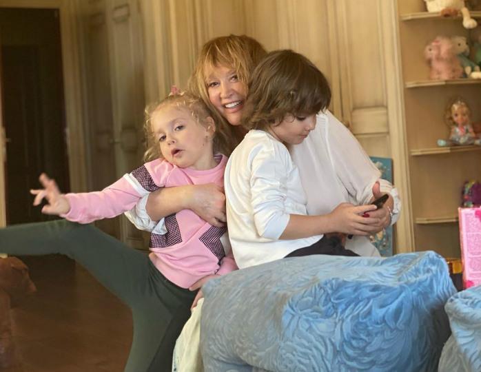 Стильный повар: Лиза Галкина в джинсах и принтованной футболке угостила маму круассаном