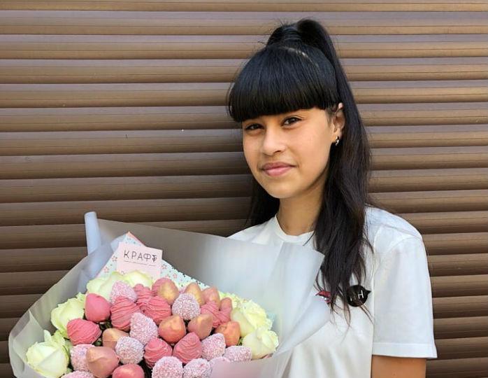 16-летняя звезда «Голос. Дети» Диана Анкудинова занялась учебой на карантине
