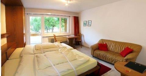 Wohnzimmer mit Schlafgelegenheit