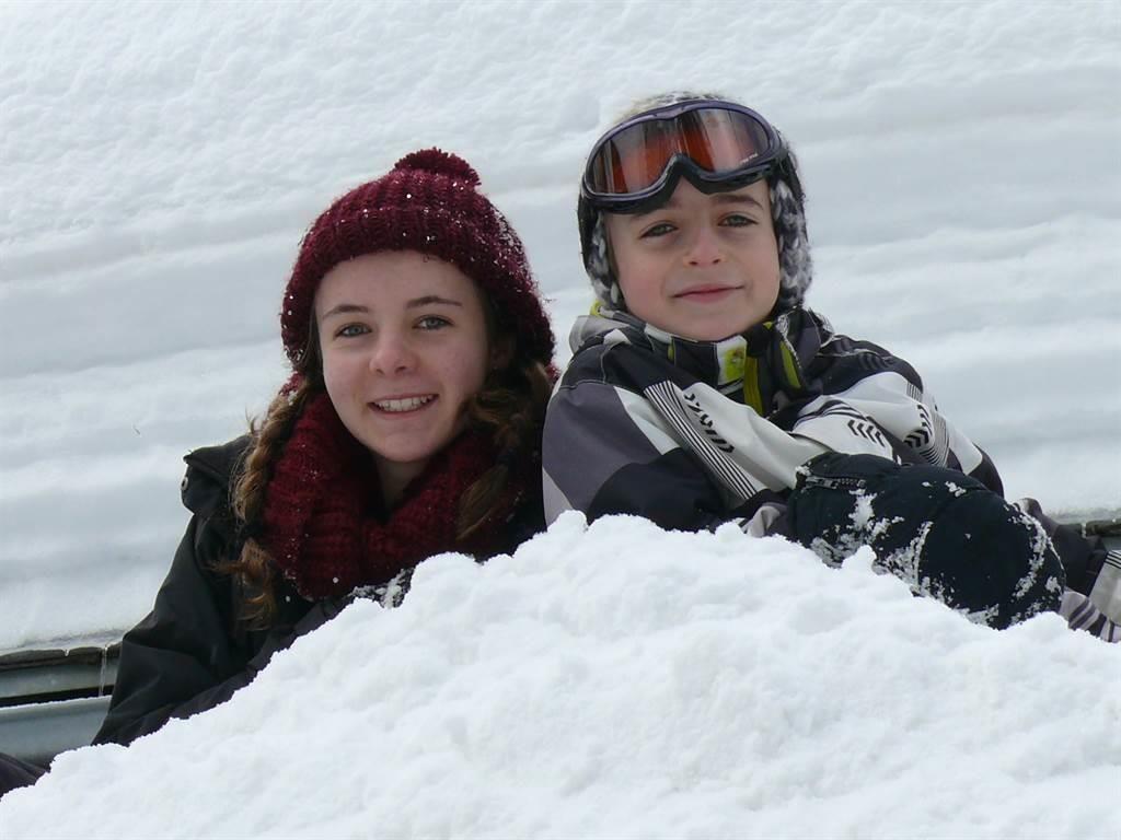 Glückliche Kinder im Schnee