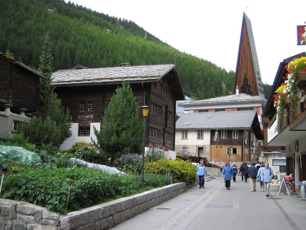 13.1 Dorfstrass mit Kirche