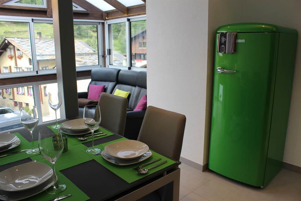 Essbereich mit Kühlschrank