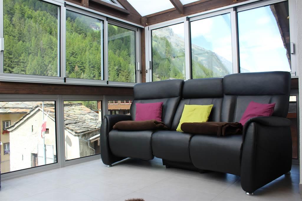 Wohnbereich mit verstellbaren Sesseln