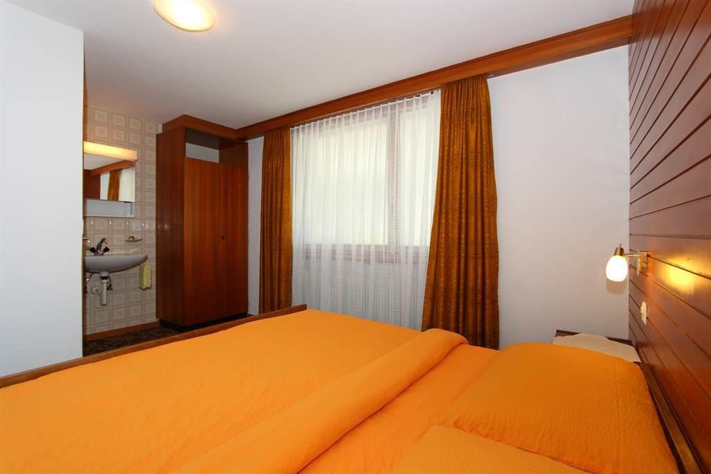 Schlafzimmer  1 mit Lavabo