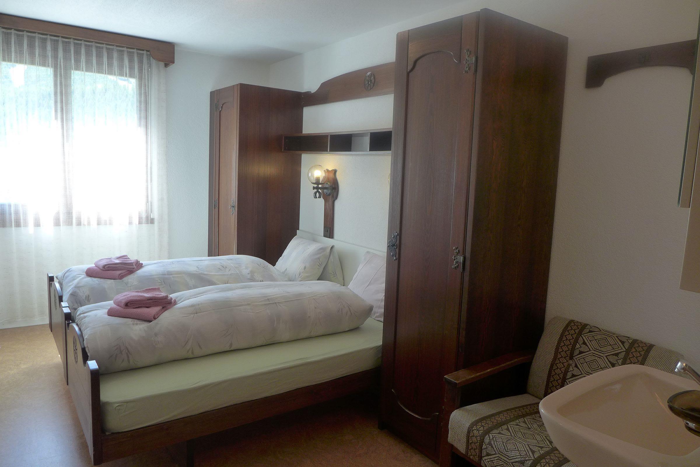 8.1 Schlafzimmer mit Lavabo