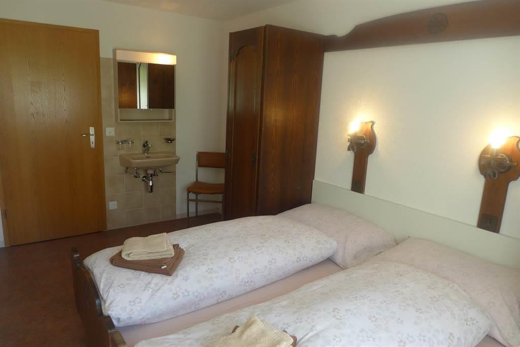 8.2 Schlafzimmer mit Lavabo