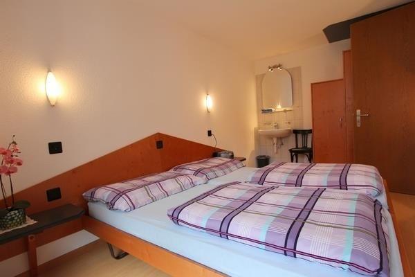 Schlafzimmer 2 Blick Richtung Lavabo