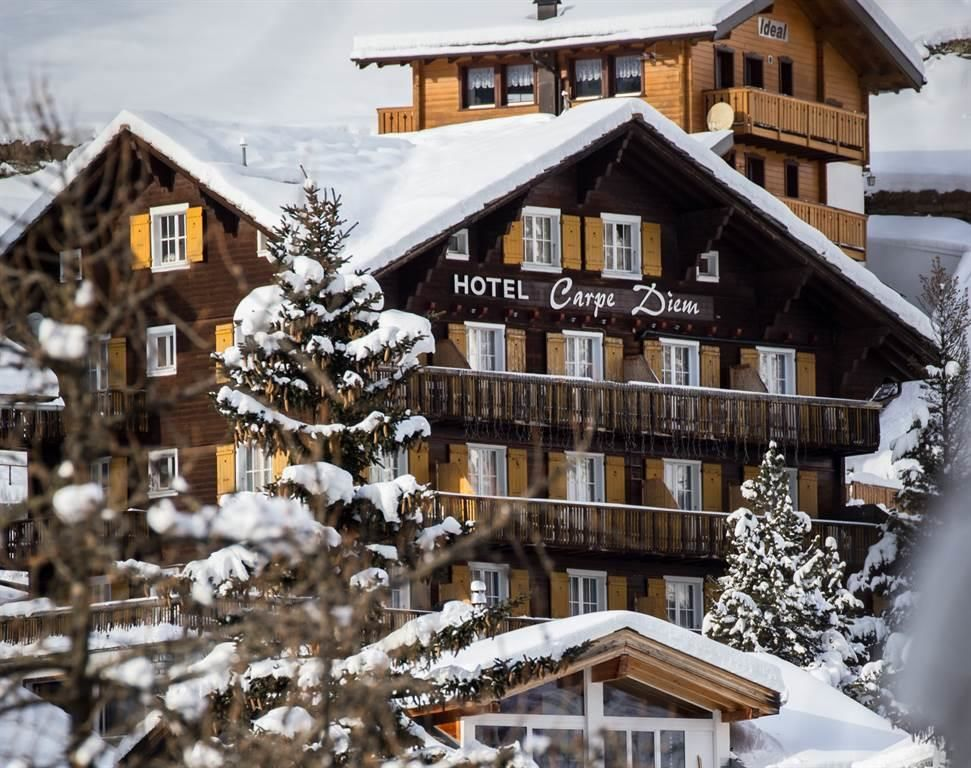 Hotel_in_the_snow