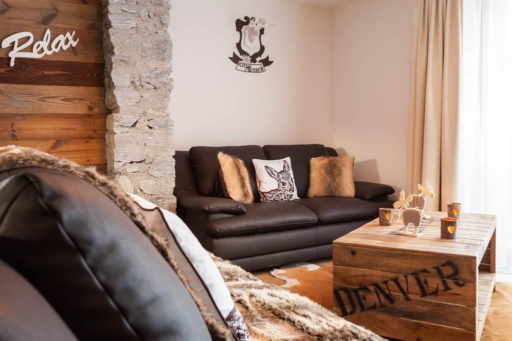 dazugehörenden Lounge mit Flachbildschirm und Sofa