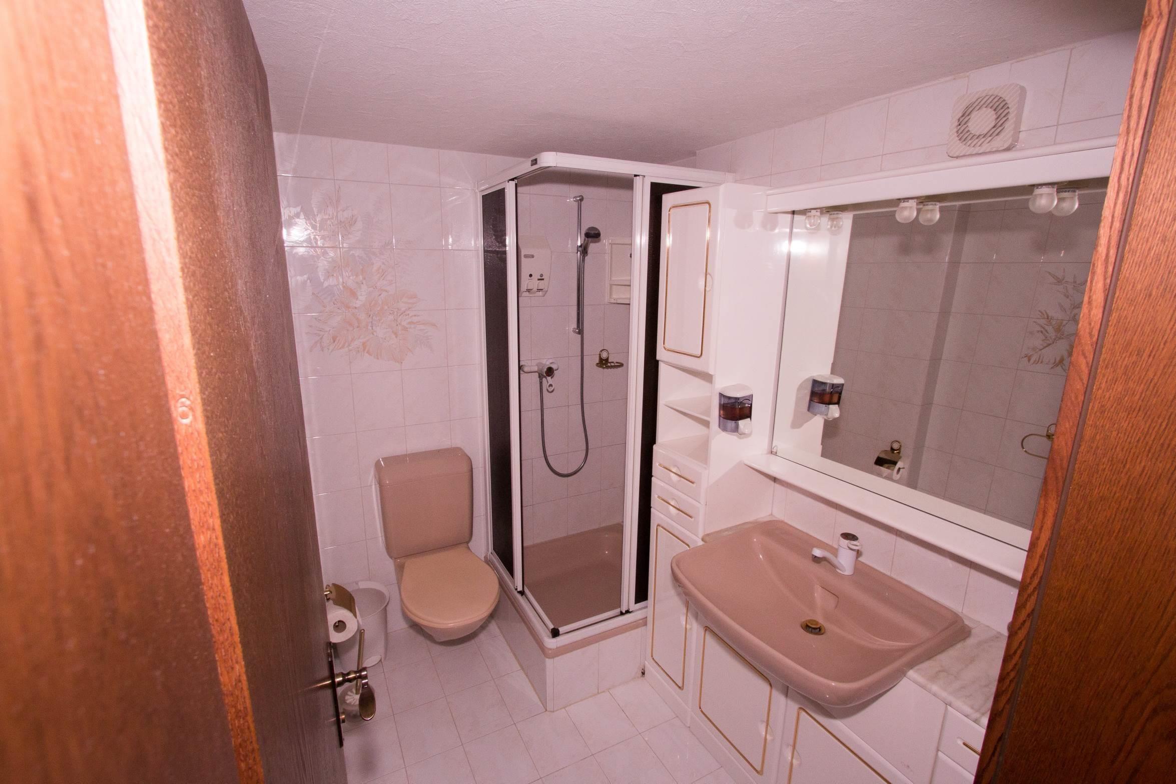 WC - Duesche Elternschlafzimmer offen - Ferienwohn