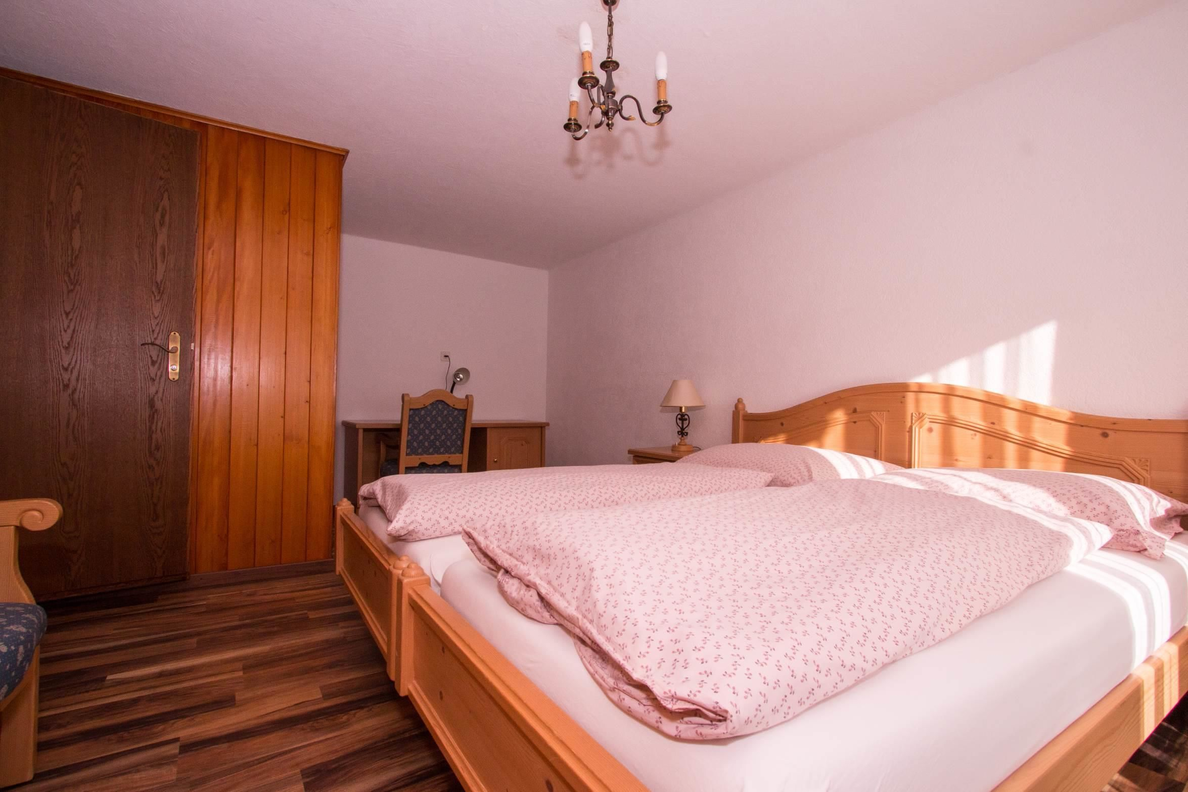 Elternschlafzimmer mit Pult und Eingang zum Wohnzi