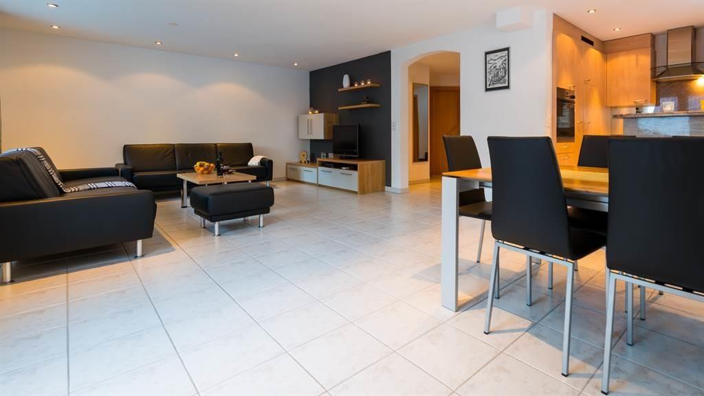 Wohnzimmer mit Küche und Esszimmer