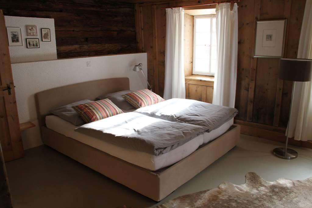 Bett Master Bedroom (1)