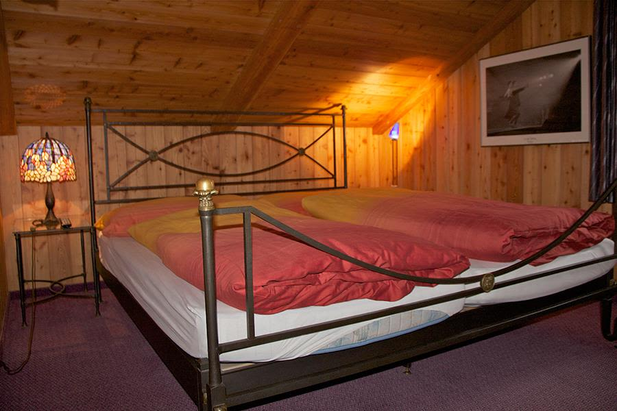 Saas-Fee_Chalet-Marmottes_Schlafzimmer2